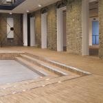Лестница и полы в холле уложены индустриальным паркетом из ясеня