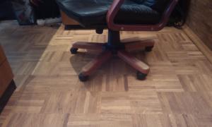 Паркет под креслом