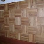 """Стена оформлена панелями с узором """"квадраты"""", покрытие - масло """"Синтэко"""""""