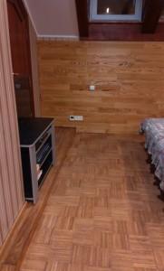 """Спальня. Стена - доска из тика, пол с подогревом - индустриальный паркет. Покрытие - масло Артелит OL-610 тон """"тик"""""""