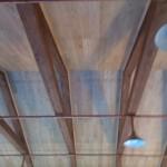 Обшивка потолка массивной доской