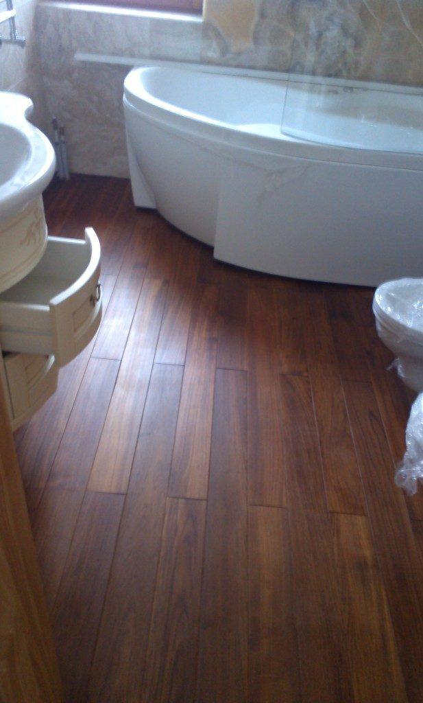 Массивная доска в ванной с системой подогрева