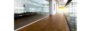 Промышленный паркет великолепно смотрится в холлах и коридорах